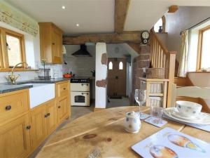 A kitchen or kitchenette at The Shooting Folly, CHESWARDINE