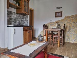 Kuchyň nebo kuchyňský kout v ubytování Etno Garden Apartments