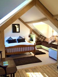 A bed or beds in a room at Greencourt Loft