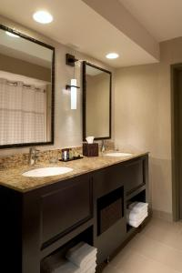 A bathroom at Embassy Suites Mandalay Beach - Hotel & Resort