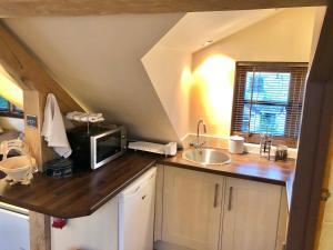 A kitchen or kitchenette at Greencourt Loft