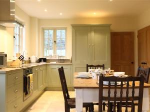 A kitchen or kitchenette at The Henhouse, TETBURY