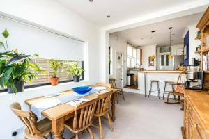 A restaurant or other place to eat at NEW Super 3BD Family Home Stunning London Views