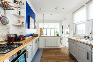 A kitchen or kitchenette at NEW Super 3BD Family Home Stunning London Views