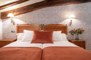 A bed or beds in a room at Hotel Venta de Ulzama