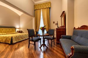 A seating area at Decumani Hotel De Charme