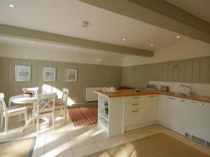 A kitchen or kitchenette at Comedy Cottage, MALMESBURY