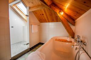 A bathroom at B&B De Postoari Terschelling