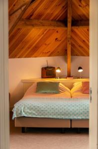 A bed or beds in a room at B&B De Postoari Terschelling