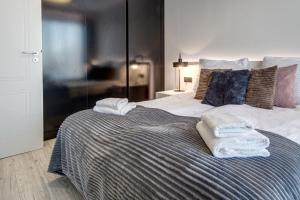 A bed or beds in a room at Apartamenty Rondo