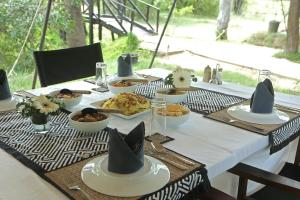 Een restaurant of ander eetgelegenheid bij Leopard Trails Yala