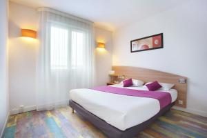 A bed or beds in a room at Suite-Home Saran