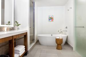 A bathroom at Kimpton Hotel Born