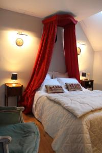 A bed or beds in a room at Gîte de Montecler