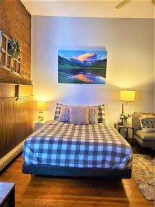 A bed or beds in a room at Aspen Inn Summer Suite