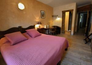 A bed or beds in a room at Des Lits Sur La Place