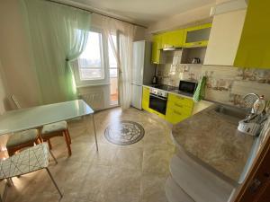 Кухня или мини-кухня в Apartment in Kupchino