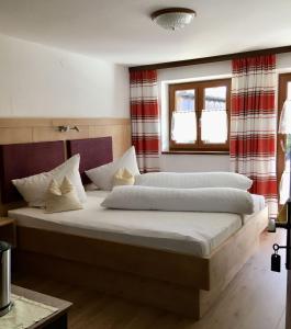 Llit o llits en una habitació de Gästehaus Inzeller Hof