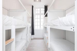 Un ou plusieurs lits superposés dans un hébergement de l'établissement Le Couvent - Hostel