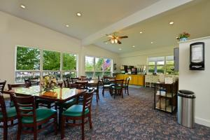 A restaurant or other place to eat at Bar Harbor Motel