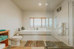 Ett badrum på Appleby House & Rabbit Island Huts