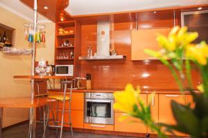 Кухня или мини-кухня в Тверитина DreamHouse Апарт с сауной