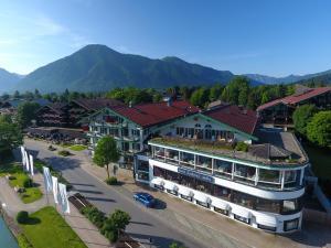 Blick auf Hotel Bachmair am See aus der Vogelperspektive