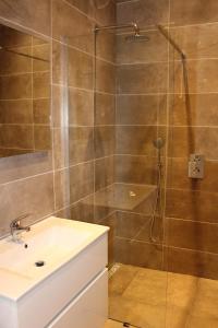 Een badkamer bij Veldzicht Metslawier