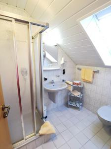 A bathroom at Gästehaus Köglmaier