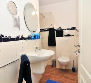 Ein Badezimmer in der Unterkunft Schloms Hof
