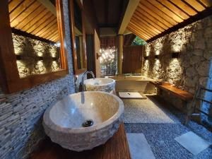 A bathroom at Le Domaine de L'Orangeraie Resort and Spa