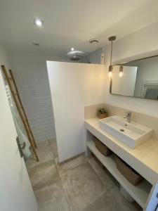 A bathroom at St Tropez-Ramatuelle Appartement vue mer