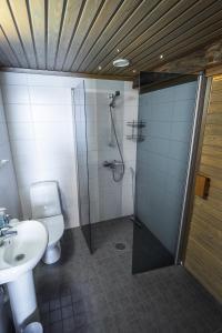 Kylpyhuone majoituspaikassa Sielikkö Aurora Log Apartments