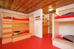 Een stapelbed of stapelbedden in een kamer bij Hotel Bahnhof