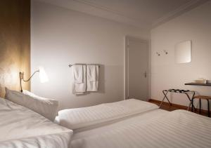 A bed or beds in a room at Gasthaus zum Guten Glück