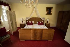 Ein Bett oder Betten in einem Zimmer der Unterkunft Gasthof Sonne