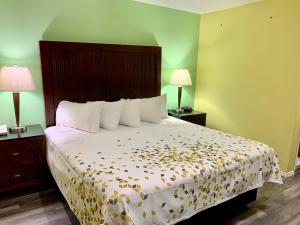A bed or beds in a room at Travelers Inn Medford I-5