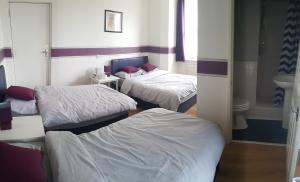 A bed or beds in a room at Parkview Hotel And Guest House