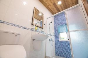 A bathroom at Hakka Eco-farm 雅歌園民宿