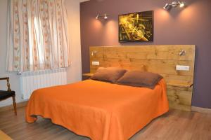 A bed or beds in a room at Hostal Aribel Longinos