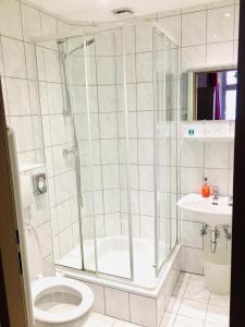 A bathroom at Hotel Bairischer Hof