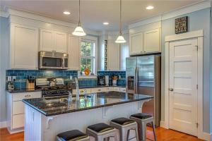 A kitchen or kitchenette at A Breath of Fresh Air Three-Bedroom Home