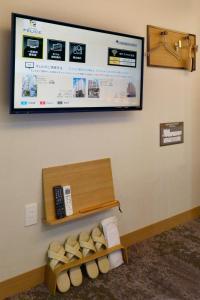 A television and/or entertainment center at HOTEL HILLARYS Akasaka