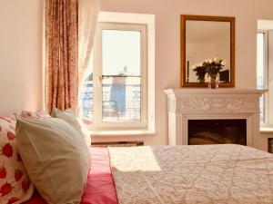 Кровать или кровати в номере Apartment in Historic Centre of St.Petersburg