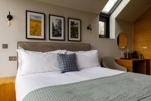 A bed or beds in a room at Feldon Valley
