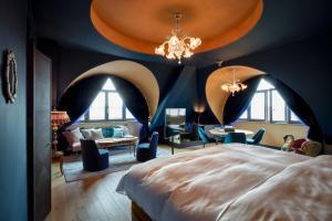 Ein Bett oder Betten in einem Zimmer der Unterkunft 25hours Hotel The Royal Bavarian