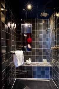 Ein Badezimmer in der Unterkunft 25hours Hotel The Royal Bavarian