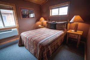 A bed or beds in a room at Red Cliffs Lodge