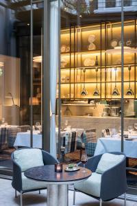 Ein Restaurant oder anderes Speiselokal in der Unterkunft Hotel Le Place d'Armes