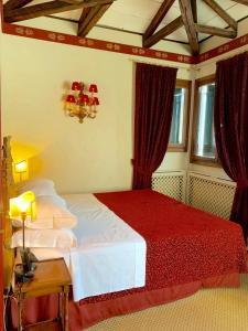 Letto o letti in una camera di Hotel La Calcina